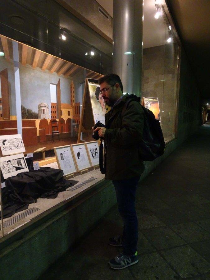Ο Σολούπ θαυμάζει βιτρίνα με έκθεση του Crepax